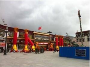 Inaugurazione di un centro commerciale a Lhasa con tanto di gonfiabili...