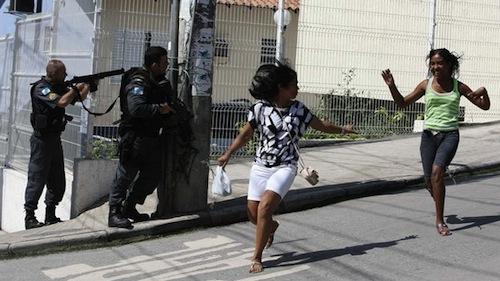 operacao-policial-morro-alemao-rio-janeiro-mulheres-20101126-size-598